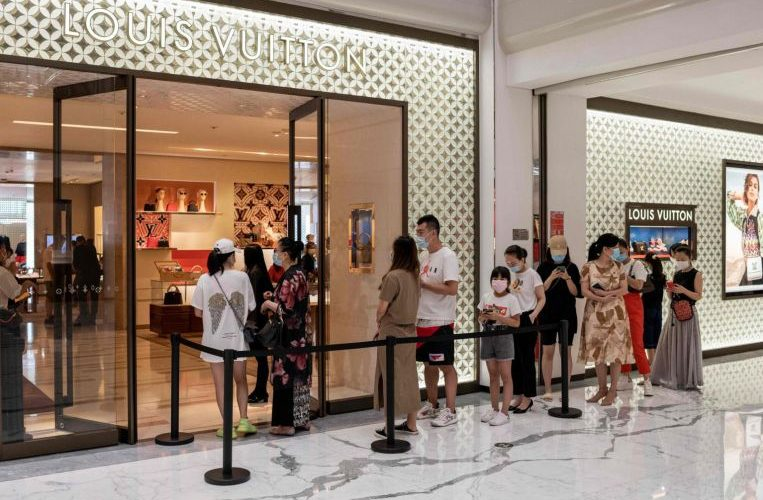 Chinese shoppers splash on luxury goods, but still won't eat out