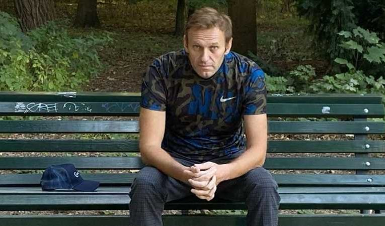 Alexei Navalny visited by Angela Merkel in Berlin hospital