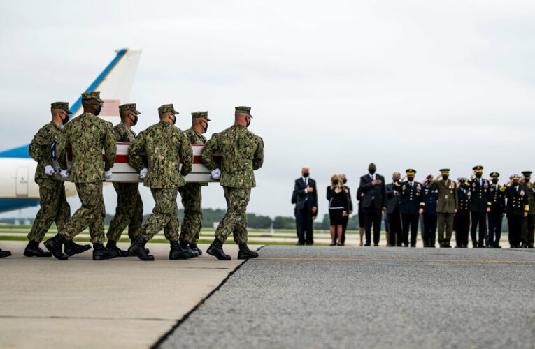 Biden receives the bodies of soldiers killed in the Kabul bombing.